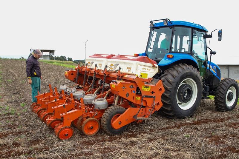 Copercampos realiza plantio de sementes de soja na Vitrine Tecnol�gica