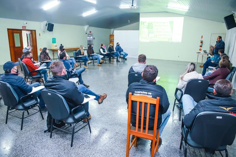 Representantes de empresas de defensivos, fertilizantes e corretivos participam de reunião